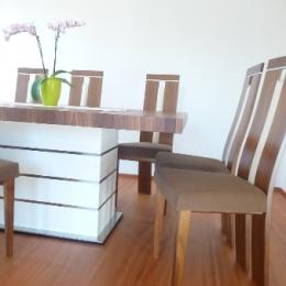 miza z belim podstavkom