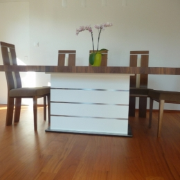 miza in bela vrata