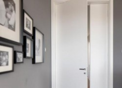 notranja vrata v sivem prostoru