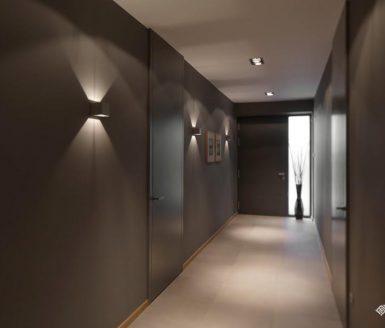 hodnik v sivi barvi