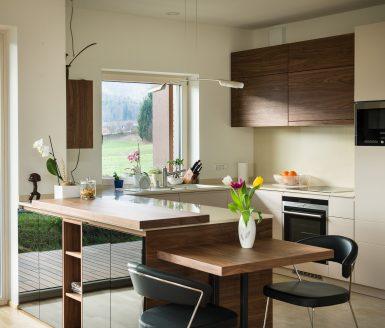 lesena kuhinja iz orehovega lesa