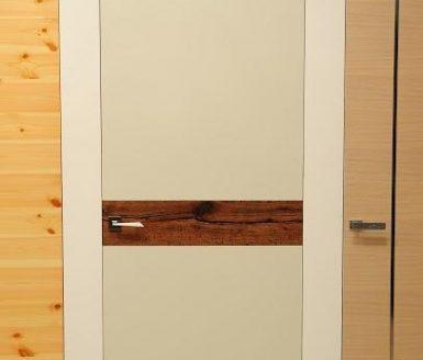 bela vrata v notranjosti z rjavo liso