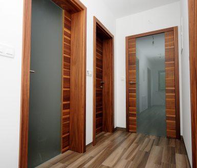 Lesena notranja vrata s steklom