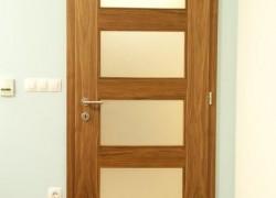 rjava notranaj vrata s 4 stekli