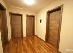 temno rjava vrata na hodniku