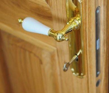 zlata kljuka na notranjih vratih