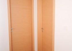 dvoja notranja vrata v rjavi barvi
