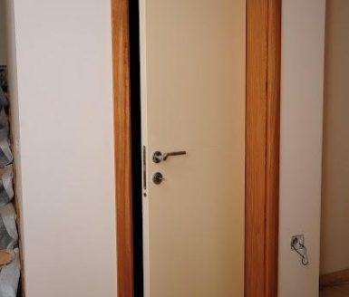 bela notranja vrata priprta