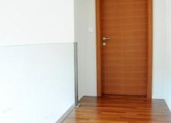 rjava notranja vrata ob stopnišču