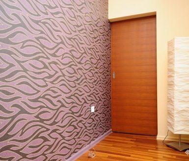 vijolična stena ob notranjih vratih
