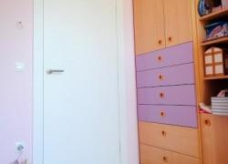 bela vrata v otroški sobi