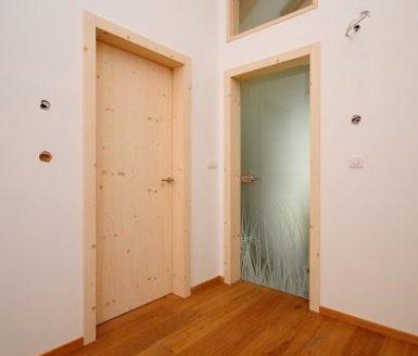 bež in steklena notranja vrata