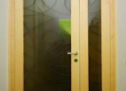 rumenkasta vrata s steklom
