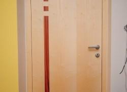 bež notranja vrata z rdečimi detajli