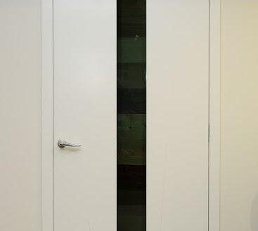 bela notranja vrata s črnim detajlom