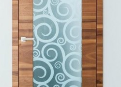 rjava vrata s poslikanim steklom