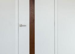 bela vrata z temno rjavo črto