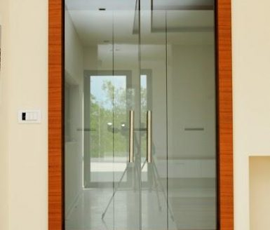 M2 nihajna steklena vrata