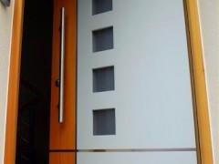 bela vhodna vrata z oranžno