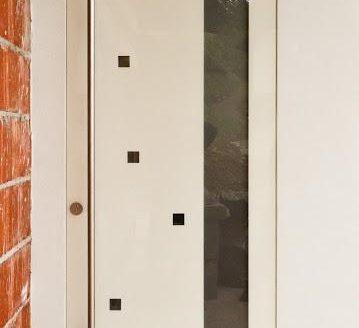 bela vhodna vrata na novogradnji