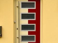 vhodna vrata v beli in rdeči barvi s stekli