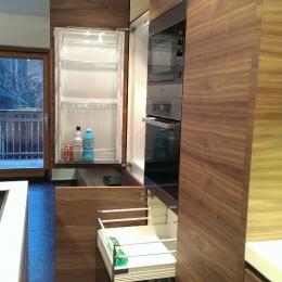 odprt predalnik kuhinja