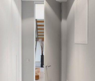 inline brezpodbojna vrata v beli barvi