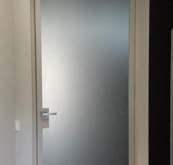 steklena vrata brez vidnega podboja