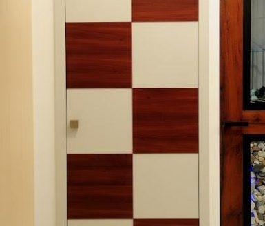 rdeče bela notranja vrata v obliki šahovnice
