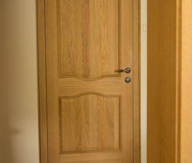 rjava notranja vrata z zlato kljuko