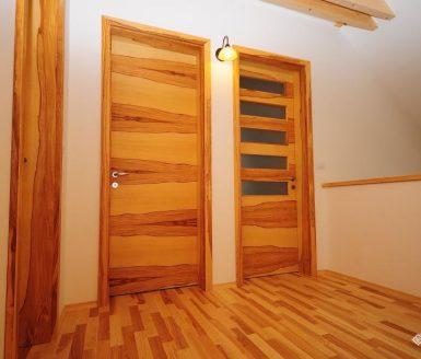 rjava notranja vrata v svetli in temno rjavi barvi