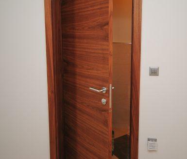 notranja vrata z obratnim odpiranjem