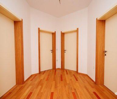 komplet belih notranjih vrat na hodniku