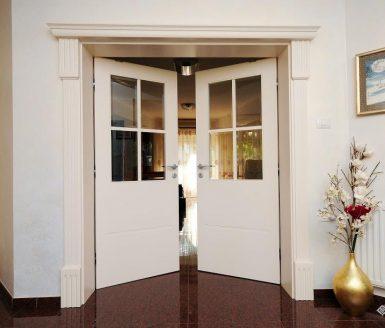 odprta notranja vrata z dvemi krili
