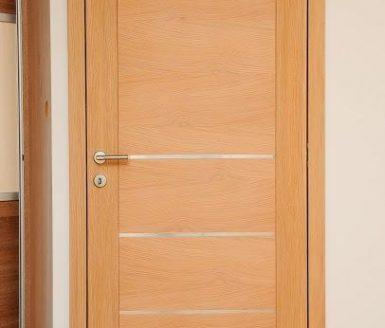 rjava vrata s srebrnimi detajli