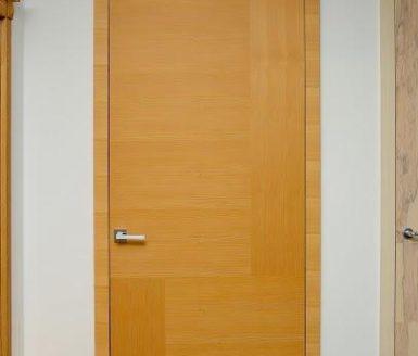 rjava notranja vrata s srebrno kljuko