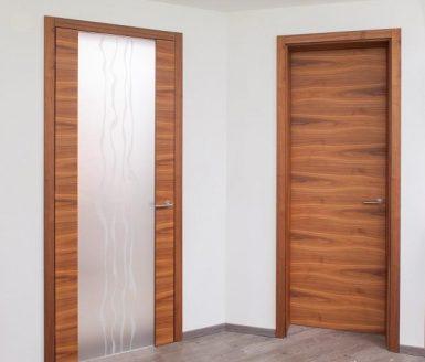 vrata s steklom in brez stekla v rjavi barvi