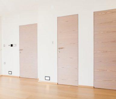vrata brez podbojev na hodniku