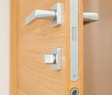 ključavnica v notranjih vratih
