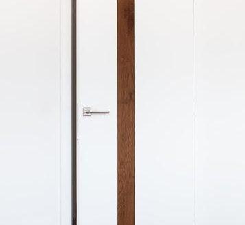 bela vrata s svetlo rjavo črto