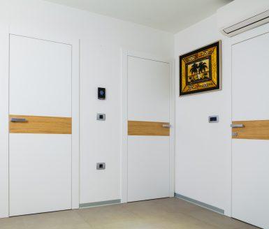 Bela vrata z vstavkom izbranega furnirja