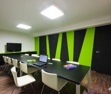 črna inline vrata v pisarniškem prostoru