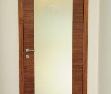 vrata v kombinaciji les steklo