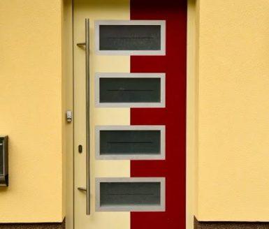 moderna vhodna vrata v beli in rdeči barvi
